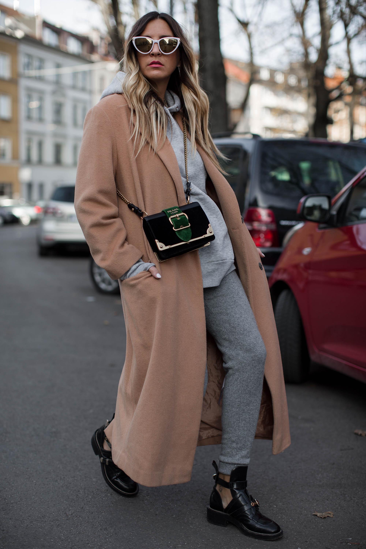 black-palms-camel-coat-balenciaga-boots-coozy-sporthose-la%cc%88ssiger-streetstyle-10