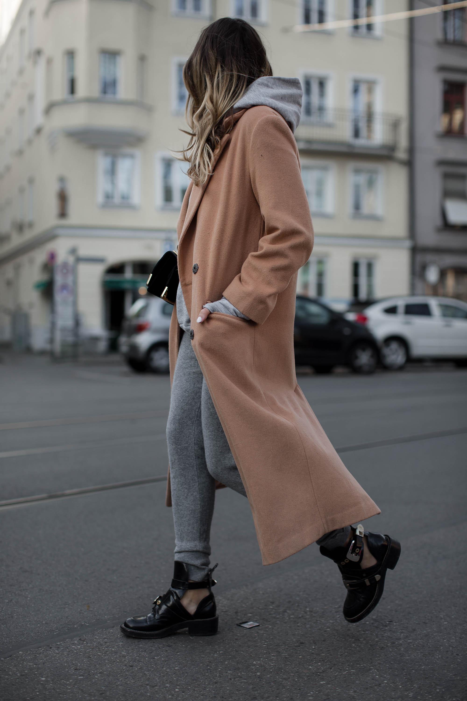 black-palms-camel-coat-balenciaga-boots-coozy-sporthose-la%cc%88ssiger-streetstyle-11