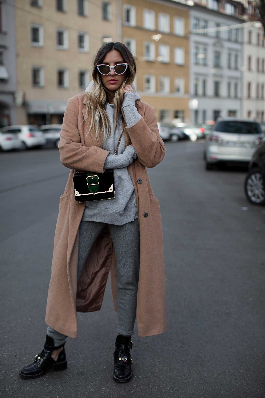 black-palms-camel-coat-balenciaga-boots-coozy-sporthose-la%cc%88ssiger-streetstyle-2
