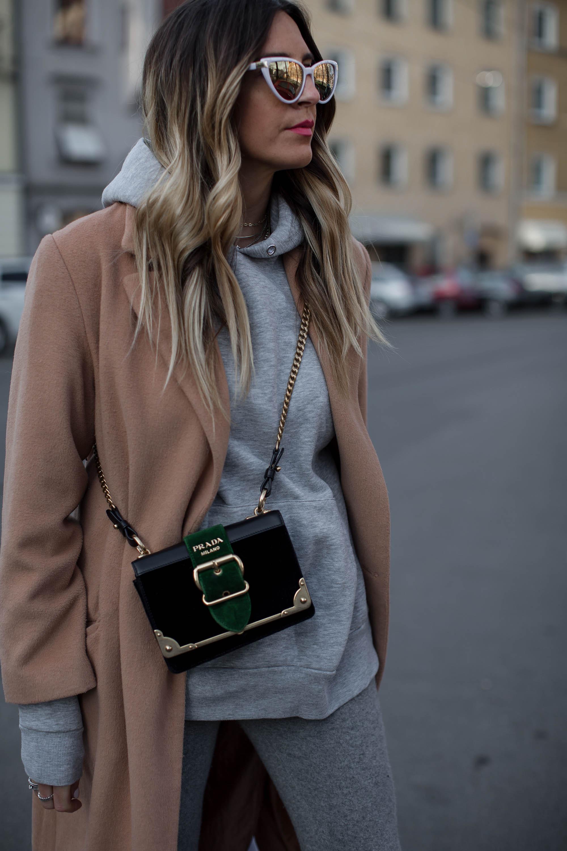 black-palms-camel-coat-balenciaga-boots-coozy-sporthose-la%cc%88ssiger-streetstyle-4
