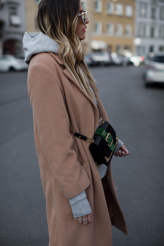 black-palms-camel-coat-balenciaga-boots-coozy-sporthose-la%cc%88ssiger-streetstyle-5