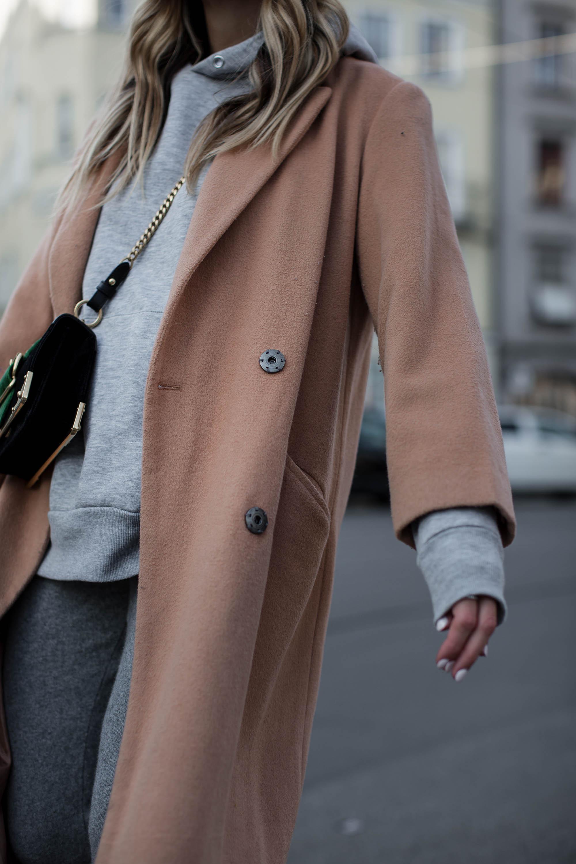 black-palms-camel-coat-balenciaga-boots-coozy-sporthose-la%cc%88ssiger-streetstyle-8
