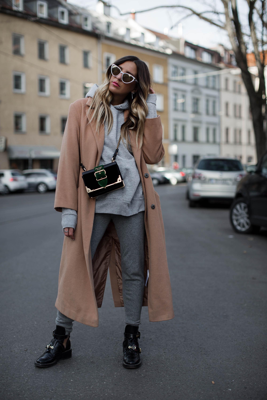 black-palms-camel-coat-balenciaga-boots-coozy-sporthose-la%cc%88ssiger-streetstyle