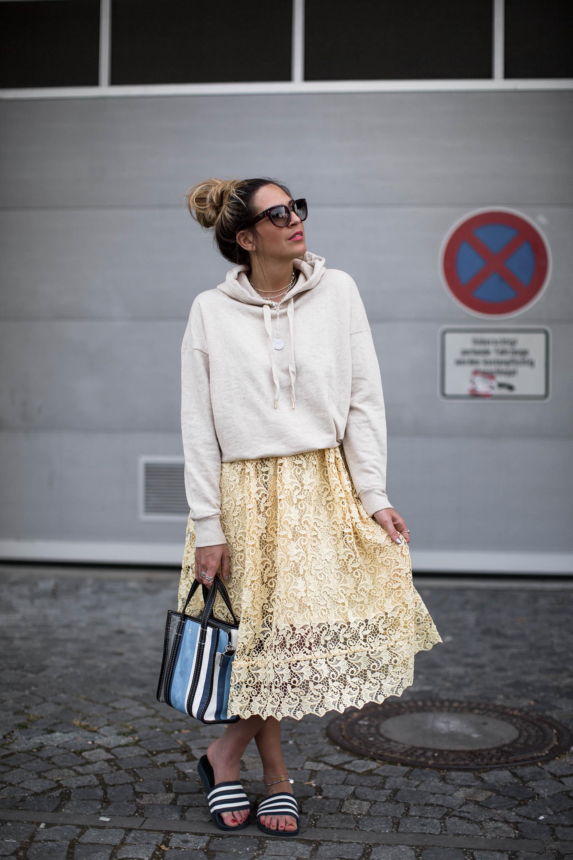 black-palms-hm-adiletten-balenciaga-shopper-streetstyle-hoodie-lace-skirt-3-von-12