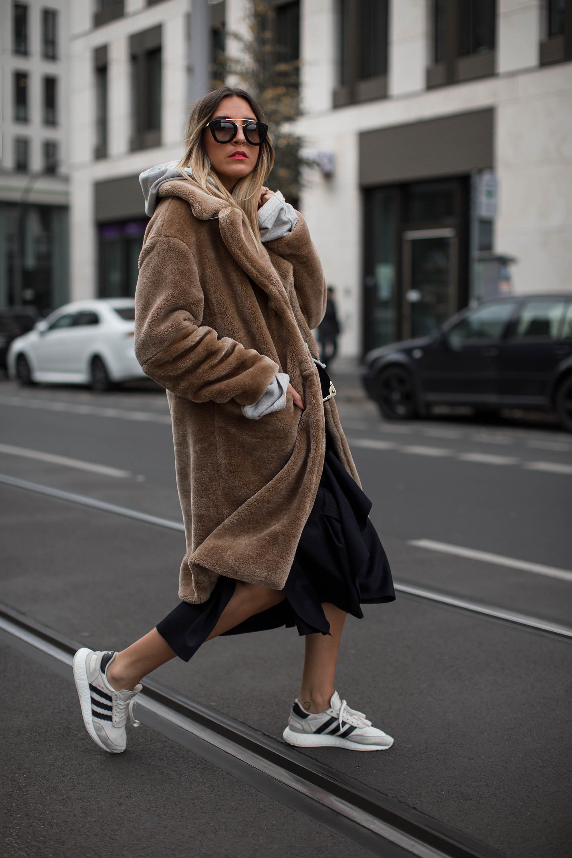 black-palms-streetstyle-streetfashion-edited-fake-fur-coat-sneaker-10