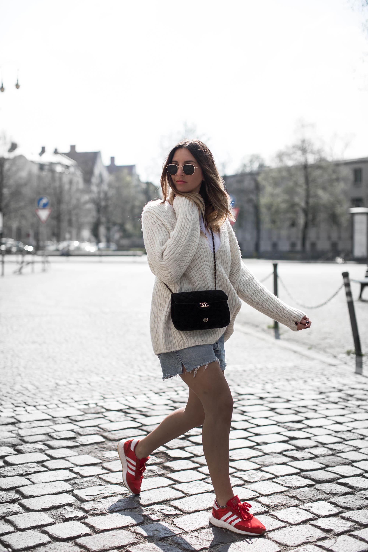 black-palms-streetstyle-summer-levis-sweater-adidas-iniki-chanel-fashionblog-munich-9-von-14