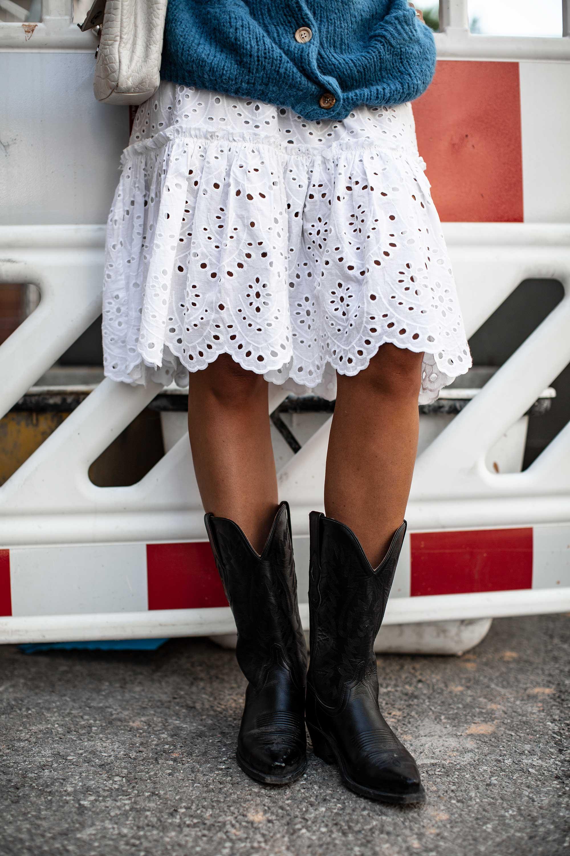 black-palms-cowboy-style-im-alltag-cowboystiefel-weisses-kleid-american-vintage-fashionblog-21